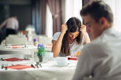 Злющая женщина имея эмоциональные проблемы Вопросы отношения Прекращающ, развод, имеющ вредный переговор стоковая фотография rf