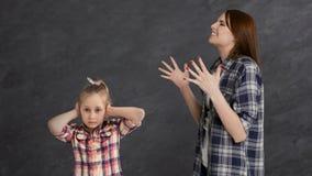Злющая мать споря ее ребенок маленькой девочки стоковые изображения rf