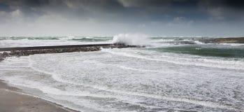 Злющий шторм в полной воде с большими запрудой и молью с тропой стоковое фото