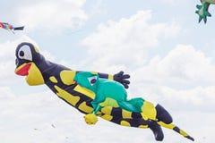 Змеи летая в голубое небо Змеи различных форм Стоковое Фото