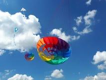 Змеи летая в голубое небо Змеи различных форм Стоковые Изображения