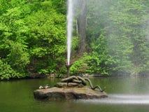 Змейка фонтана Мощный поток воды разрывает из рта ` s змейки Стоковые Изображения RF