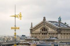 Змейки и крыша стрелки украшенная с оперным театром (Palais Garnier Стоковая Фотография RF