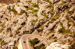 Змейчатая дорога к городку среди скалистых гор в Испании Стоковое Изображение