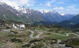 Змейчатая дорога к пропуску St Bernardino в Швейцарию Стоковые Изображения