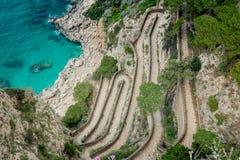 Змейчатый путь через Krupp в Капри, Италия стоковое фото