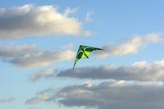 Змей витает в облаках, голубом небе, солнечном дне Стоковое Фото