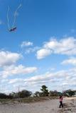 змей девушки летания пляжа Стоковые Изображения RF