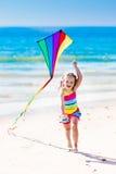Змей летания ребенка на тропическом пляже Стоковое Изображение RF