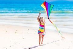 Змей летания ребенка на тропическом пляже Стоковая Фотография