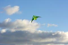 Змей завишет в воздухе, облаках, небе, облаке, солнечном дне Стоковое Фото