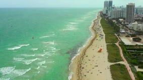 Змей занимаясь серфингом в Miami Beach Антенны сняли с эстакадой трутня над водой видеоматериал