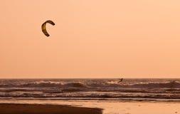 Змей занимаясь серфингом на заходе солнца Стоковое Изображение RF