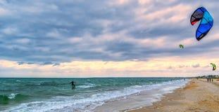 Змей занимаясь серфингом на пляже Челси, Австралии стоковая фотография