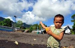 змей мальчика играя youg Стоковые Фото