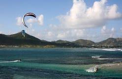 змей над заниматься серфингом моря стоковое фото