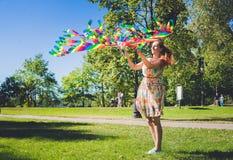 Змей радуги в небе Девушка играя с змеем Стоковая Фотография RF