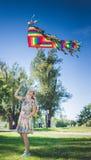 Змей радуги в небе девушка играя и бежать с змеем Стоковое Изображение