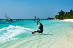 Змей человека занимаясь серфингом в волнах Стоковые Изображения