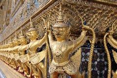 Змей naga Garuda (Krut) сражая, тайская статуя, религиозная Стоковые Изображения