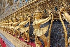 Змей naga Garuda (Krut) сражая, тайская статуя, религиозная Стоковая Фотография