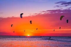 Зме-серфинг против красивого захода солнца Много силуэтов набора Стоковые Фото