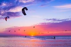 Зме-серфинг против красивого захода солнца Много силуэтов набора Стоковые Фотографии RF