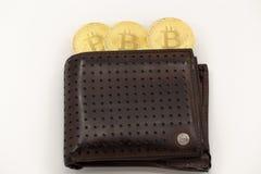 3 знака внимания Bitcoin приходя из бумажника, на белой предпосылке стоковое изображение