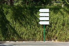 4 знака направления против стены Creeper Стоковая Фотография
