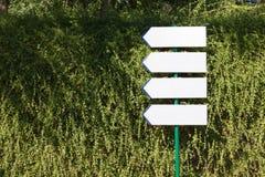 4 знака направления против стены Creeper Стоковые Изображения