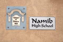 2 знака на наружной стене средней школы Namib в Swakopmund Стоковая Фотография