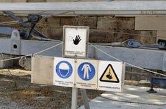 Знаки безопасности конструкции с надписями в греческом языке Стоковое Фото