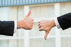 Знаки бизнесменов показывая как и нелюбов Стоковая Фотография RF