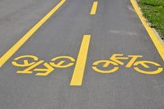 Знаки велосипеда на дороге стоковые изображения