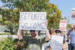 Знаки владением активистов во время семей принадлежат совместно марш Стоковые Фотографии RF