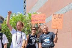 Знаки владением активистов во время семей принадлежат совместно марш Стоковые Изображения