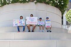 Знаки владением активистов во время семей принадлежат совместно марш Стоковое Изображение
