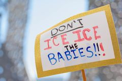 Знаки во время семей принадлежат совместно марш Стоковые Фотографии RF