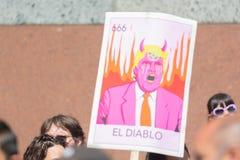 Знаки во время семей принадлежат совместно марш Стоковое Изображение