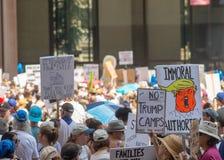 Знаки и толпа на Чикаго марте/протесте Стоковые Фотографии RF