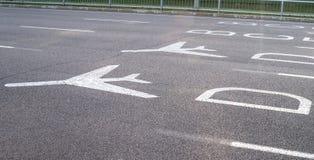 Знаки крупного аэропорта дирекционные Стоковые Фотографии RF