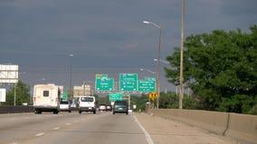 Знаки направления к Луисвилл и Сент-Луис на скоростном шоссе - ЧИКАГО СОЕДИНЕННЫЕ ШТАТЫ - 11-ОЕ ИЮНЯ 2019 сток-видео