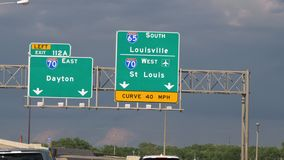 Знаки направления к Луисвилл и Сент-Луис - ЧИКАГО СОЕДИНЕННЫЕ ШТАТЫ - 11-ОЕ ИЮНЯ 2019 видеоматериал