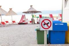 Знаки объявляя запрет на собаках на пляже Стоковое Изображение RF