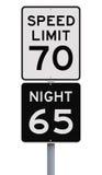 Знаки ограничения в скорости дневного времени и Nighttime стоковые изображения