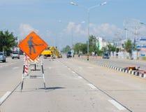 Знаки предупреждая дорогу ремонтируют конструкцию Стоковая Фотография