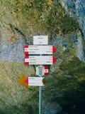знаки путей горы devero на солнечный день, a Alpe Стоковые Изображения RF
