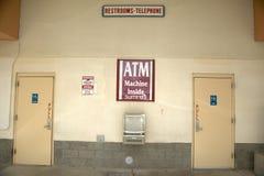 Знаки сразу люди к машине и уборным ATM, к северу от Tucson, AZ Стоковая Фотография RF