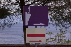 знаки с стрелками которые показывают назначение с пустым космосом экземпляра стоковое фото