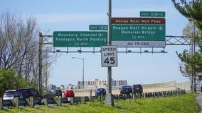 Знаки улицы к авиапорту Рейгана национальному в Вашингтоне - DC ВАШИНГТОНА - КОЛУМБИЯ - 7-ое апреля 2017 стоковое изображение
